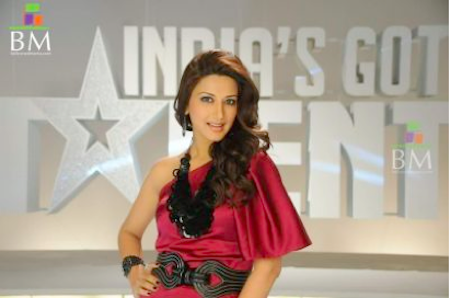 Sonali Bendre wears chunky neck jewellery in india's got talent.