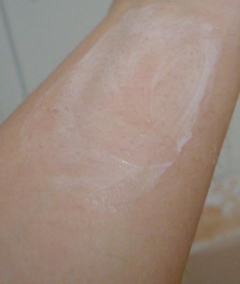 nuetrogena deep clean cream cleanser  swatch 2