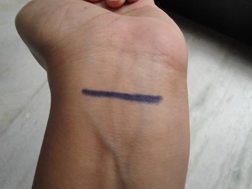 bourjois-khol-contour-eyeliner-pencil-bleu-graphique-swatch