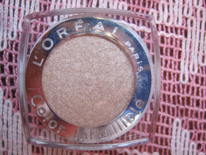L'Oreal+Color+Infaillible+Eyeshadow+in+Hourglass+Beige+Review