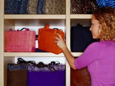 woman_shopping_for_handbags_9-15_m-400x300