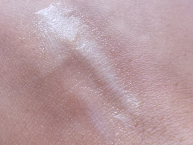 Nuetrogena Fine Fairness Eye Cream swatch (1)