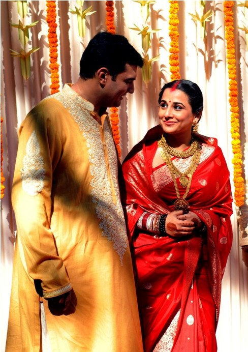 Indian Bollywood film actress Vidya Balan (R) and her husband Siddharth Roy Kapur pose together during their Wedding Ceremony in Mumbai on December 14, 2012.    AFP PHOTO