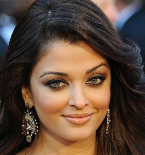 Bollywood actress Aishwarya Rai Bachchan arrives on the red carpet for the 83rd Annual Academy Awards held at the Kodak Theatre on February 27, 2011 in Hollywood, California.            AFP PHOTO / ROBYN BECK (Photo credit should read ROBYN BECK/AFP/Getty Images)