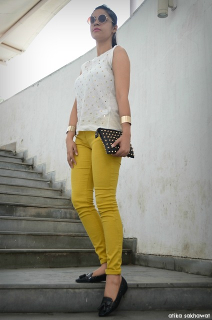 Outfit Mustard Jeans with Gold accessories