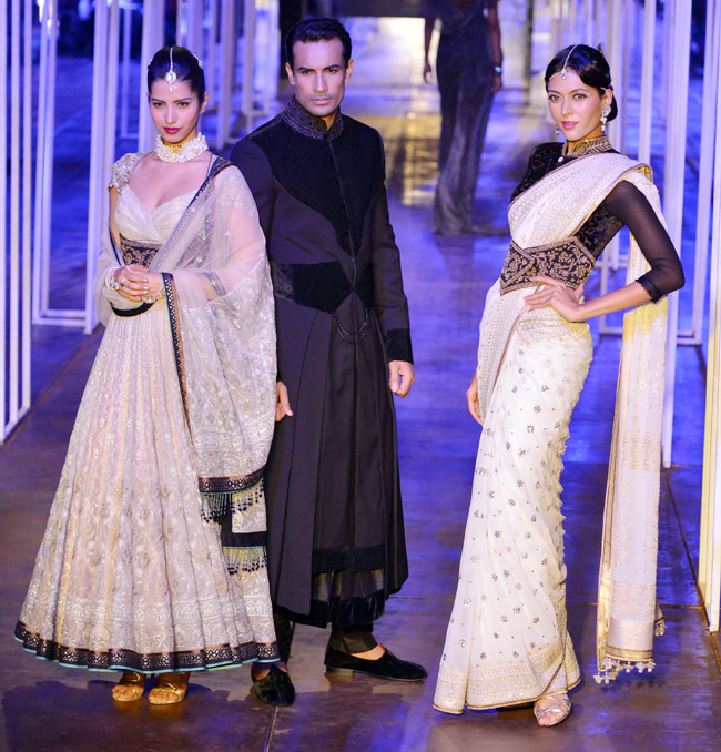 Tarun Tahiliani outfits