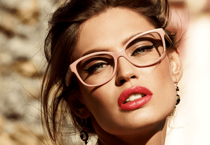 5 Important Makeup Tips for Eyeglass Wearers