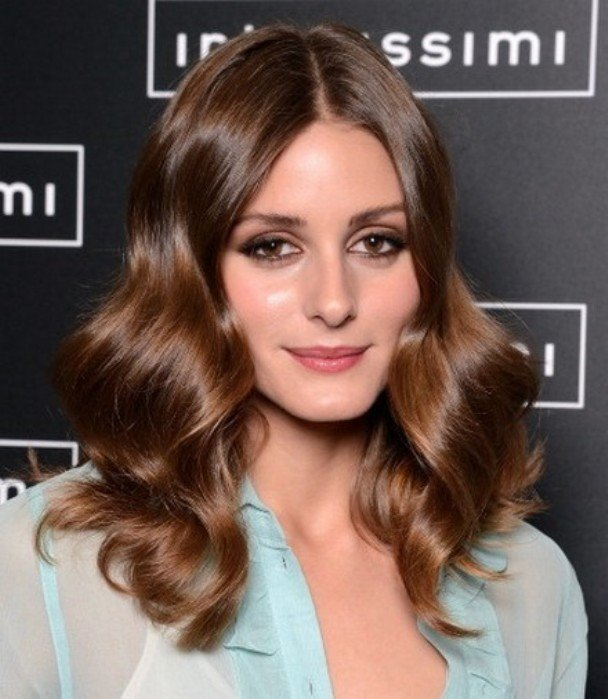This is a hairstyle that suits short to long hair. Glossy waves make ...